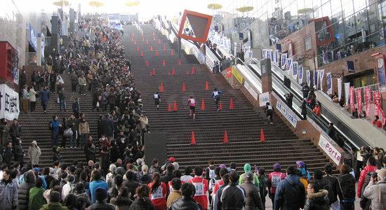 昨年の「大階段駈け上がり大会」の様子
